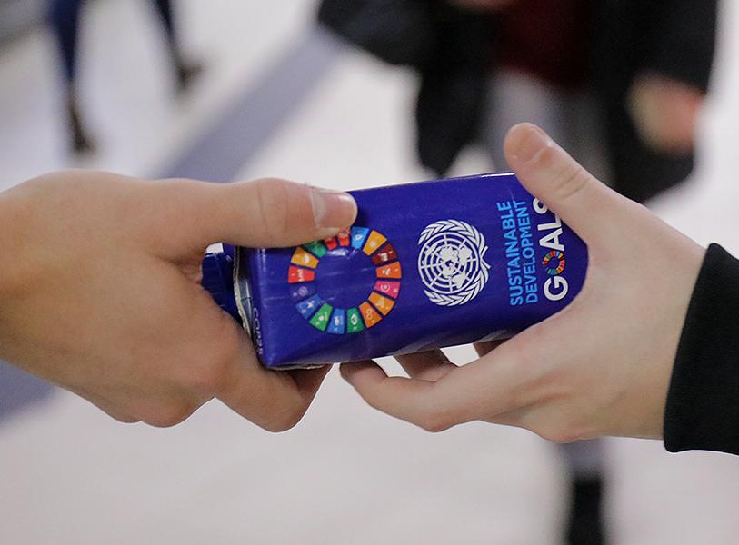 Only Water en la COP25 repartiendo el envase de cartón